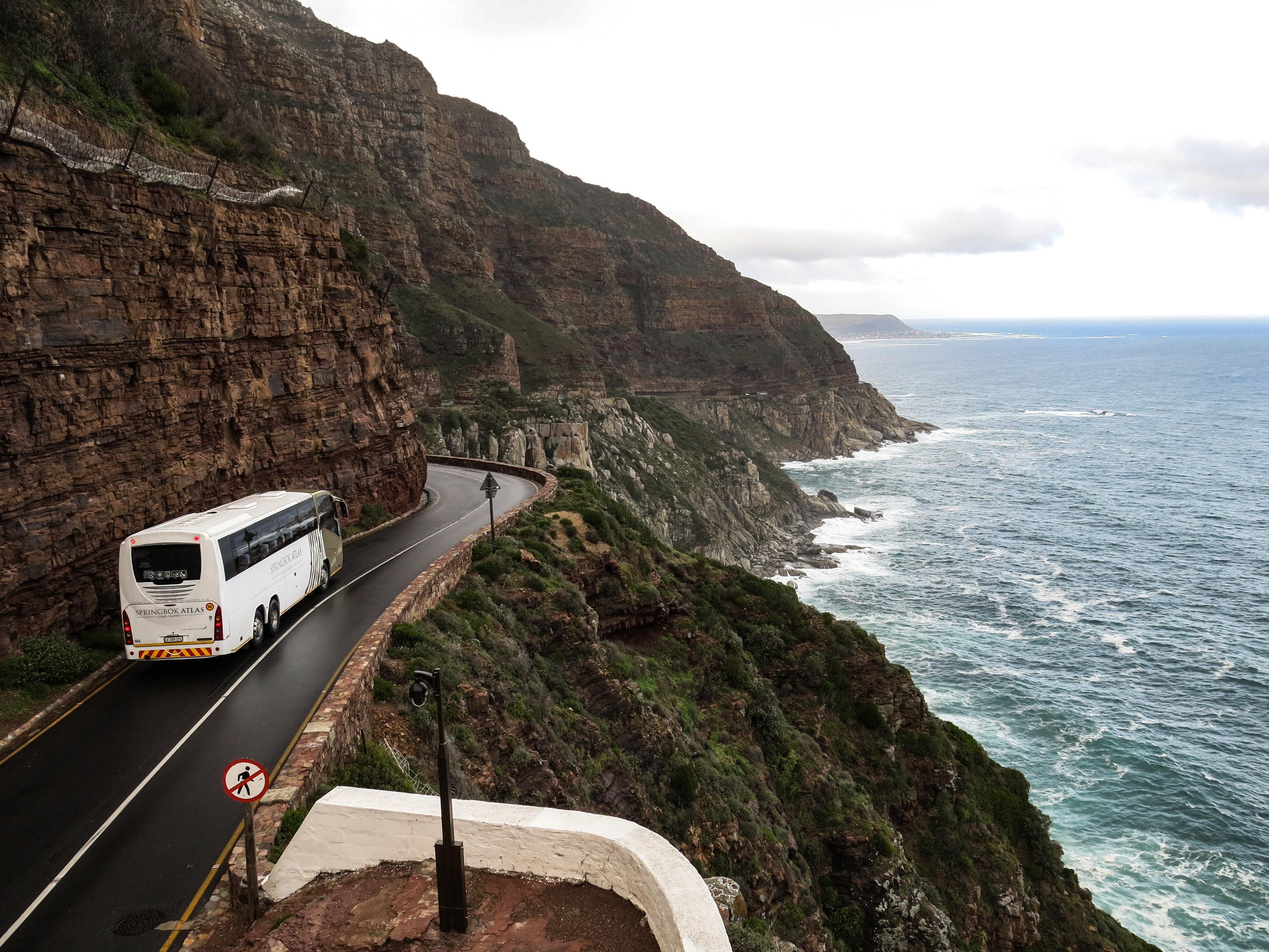 Reisebus an Küste